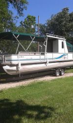 30 Suntracker Party Hut Pontoon Boat
