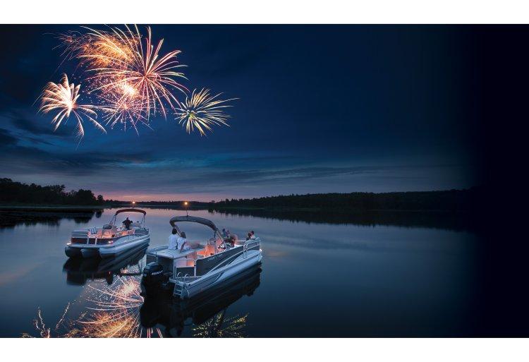 l_crestliner-grand-caymen-firework-lifestyle