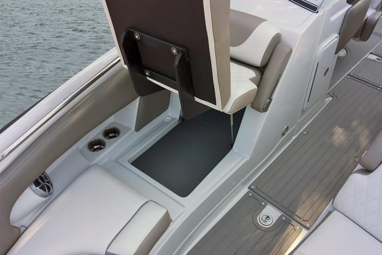 l_crownline-boats-cross-sport-xs-e275xs-bow_lounge_storage