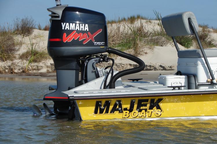 l_yamahavmaxoutboardengineattachedtomajekboats2