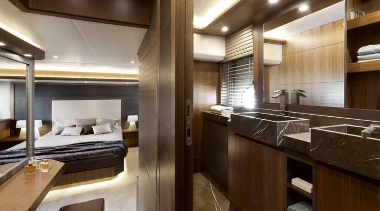 l_mcy_65_owners_cabin_en_suite_bathroom_01_0