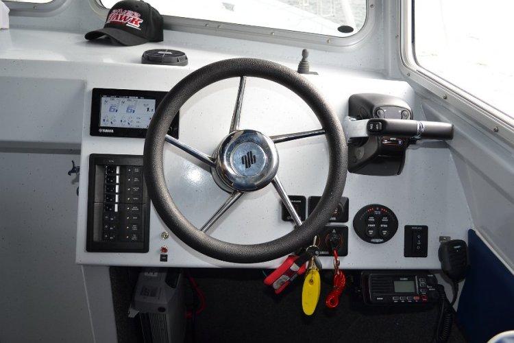 l_controlpanelattheindoorhelm-iboats1