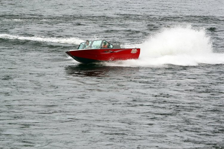l_multispeciesfishingboatwithgreatspeedandhandlingcapabilities1