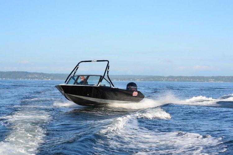 l_mutli-speicesaluminunboatwithwindshieldrunningshot