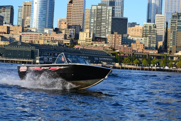 l_runningshotofthenew2014sportseriesboatbyriverhwakboats