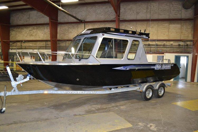 l_shpilothouseboats-rodgrippersandfullreversechinehull2