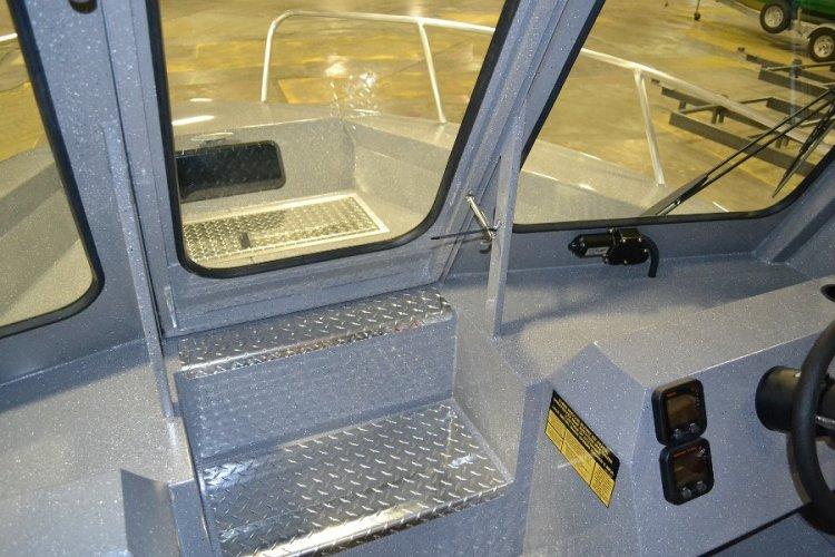 l_stepsontothebowwithshproseriespilothouseboat-or