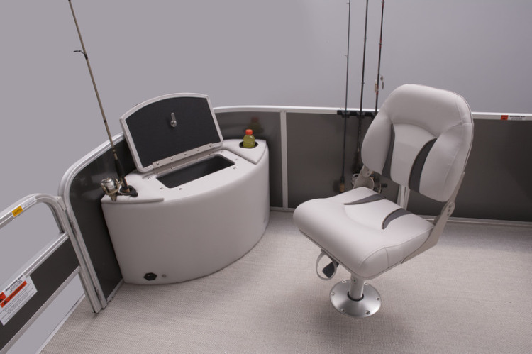 l_v20_fc_bow_livewell_with_fishing_chair
