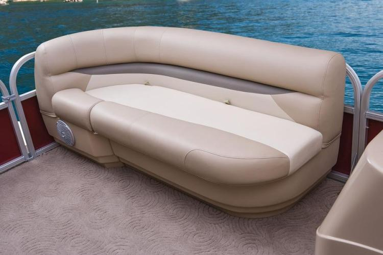 l_party-barge-18-dlxspeekersforsterioonsideofcornerbenchseatcarpetonflooriboats