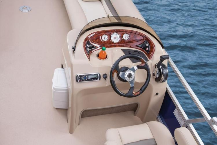l_suntrackerparty-barge-24-dlxsportsteeringwheelfiberglassreinforcedconsolewithtintedwindscreen