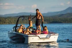 2019 - Bayliner Boats - WT-Surf