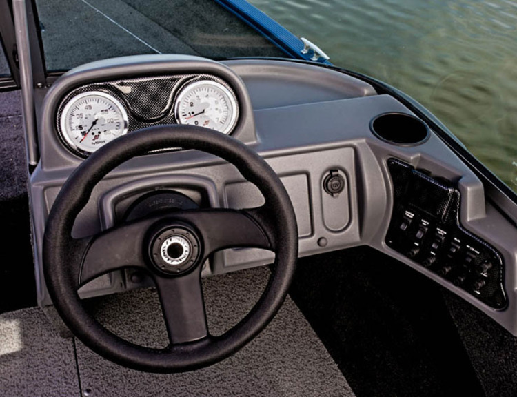 l_boats-fury-xl-1625-features-console-cc1